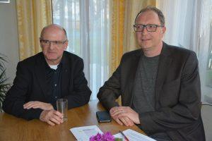 Pfarrer Theo Mairhofer und Pfarrgemeinderatsobmann Heinz Werlberger am 1. April 2019 im Pfarrhof. Foto: Veronika Spielbichler