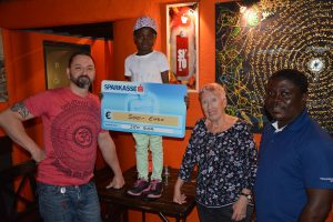 Spendenaktion für Mary aus Ghana - 500 Euro aus Sito-Bar-Feuerzeugverkauf. Foto: Veronika Spielbichler