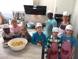 So schmeckt Afrika: Samuel Kye Pichler bereitete zusammen mit Schulköchin Angelika und den Kindern ein typisch afrikanisches Gericht zu. Foto: Paur-Luchner