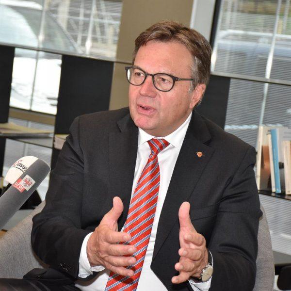 Landeshauptmann Günther Platter kündigte am 7.5.2019 eine Änderung des Tiroler Aufenthaltsabgabengesetzes an - künftig ist auch bei Airbnb die Tourismusabgabe fällig. Foto: Land Tirol/Sax