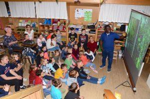 Samuel Kye Pichler hielt für die Kinder der Montessori-Schule in Wörgl einen interessanten Vortrag über Ghana. Foto: Nageler