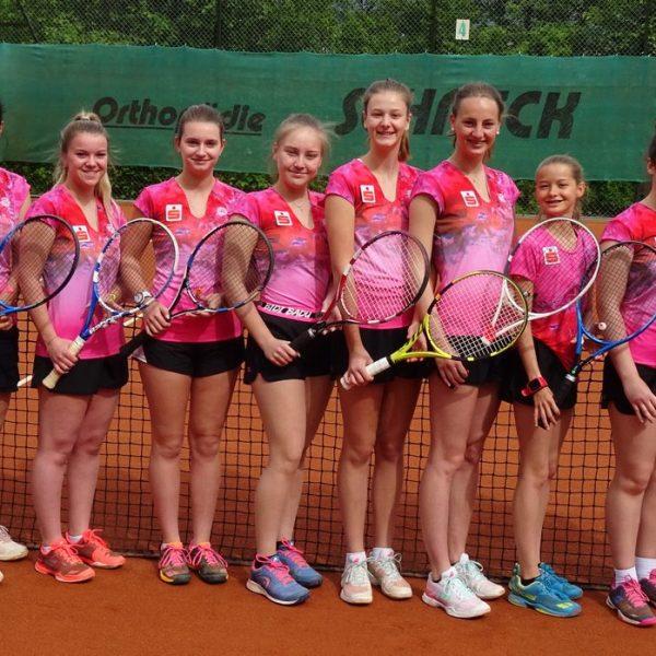 Damen 2 + 3: Die junge Truppe um Trainerin Christina Jukis (links) schaffte den Aufstieg in die Bezirksliga 1. Foto: TC Wörgl