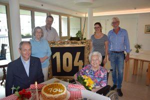 Im Namen der Stadtgemeinde gratulierte Vbgm. Hubert Aufschnaiter (l.) der ältesten Wörglerin Christine Hell zum 104. Geburtstag. Foto: Stadtgemeinde Wörgl