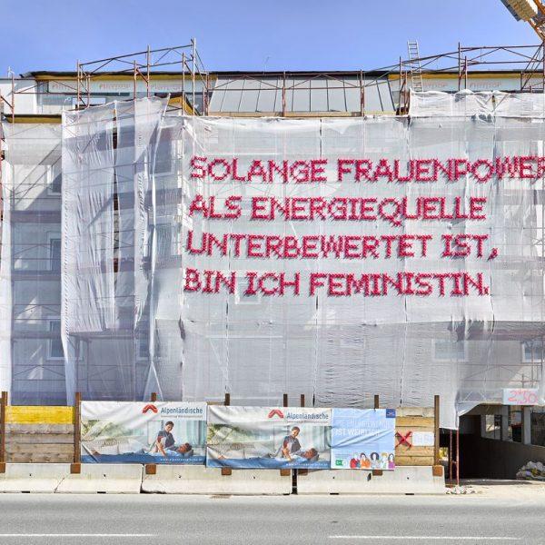 Kunst am Bau: Dieses von Katharina Cibulka gestaltete Staubschutznetz hängt seit 15. Juni 2019 in Wörgl an der Salzburgerstraße. Foto: Energie Tirol_ WESTFotostudio
