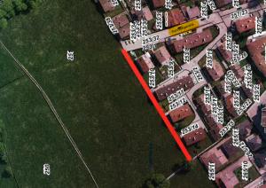 Rot markiert ist der neue Fußweg, der als Ersatz für den gesperrten Weg nun errichtet wird. Plan © Stadtgemeinde Wörgl, Foto © BEV