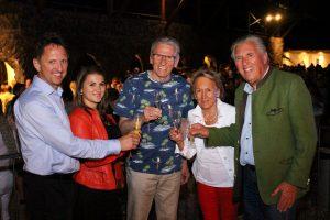 Der Regisseur Pepi Pittl inmitten der Glockengießer-Familie Grassmayr . Foto HMC –Die Boutiqueagentur für Tourismus & Freizeit