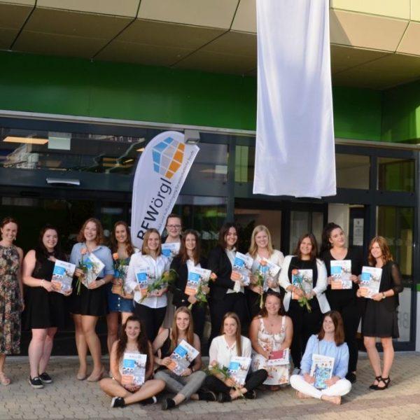 Weiße Fahne an der BFW Wörgl: Alle Absolventinnen der FW3B bestanden die Abschlussprüfung auf Anhieb. Foto: BFW Wörgl