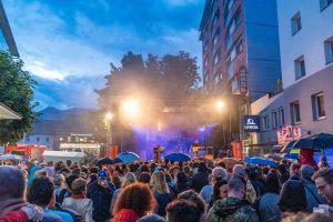 Die Stadtfest-Fans ließen sich die gute Laune vom Wetter nicht verderben. Foto: Stefan Ringler