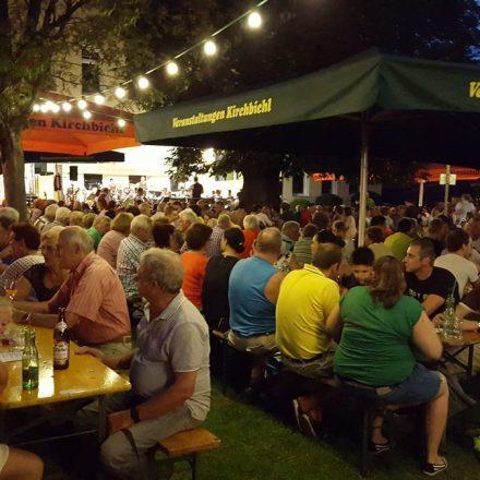 Jeden Freitag finden auch bis 23. August in Kirchbichl Sommertreffs mit Live-Musik und Kulinarik statt. Foto: TVB Ferienregion Hohe Salve