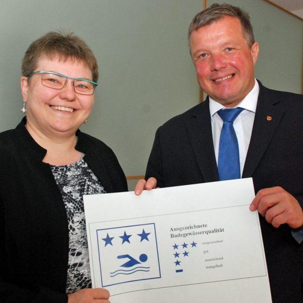 Gesundheitslandesrat Bernhard Tilg mit Ruth Friehe-Leitl vom zuständigen Gewerberecht des Landes Tirol. © Land Tirol/Schwarz