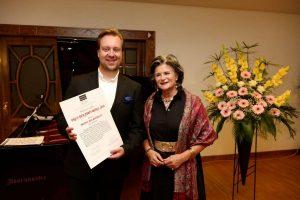 Überreichung Preis der Stadt Wörgl durch BGM Hedi Wechner an den Preisträger. Foto: Academia/Dabernig