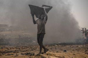 """Europas Elektroschrott landet vielfach in Afrika - und wird dort unter verheerenden Umständen """"recycelt"""". Foto: www.welcome-to-sodom.de"""