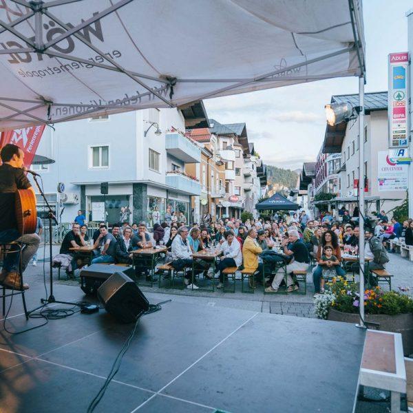 Die BesucherInnen genossen die letzte Wörgler Sommernacht. Foto: Andreas Hasselbeck