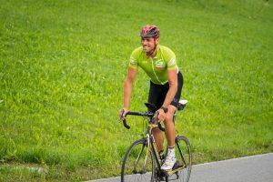 Gebi Mair tritt für die Grünen in die Pedale und tourt durch alle 279 Tiroler Gemeinden. Foto: Tiroler Grüne