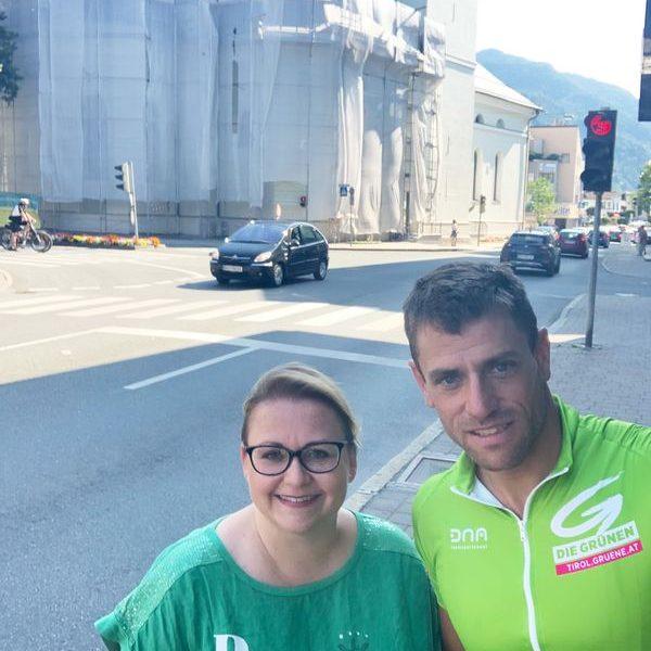 Gebi Mair beim Tour-Stopp in Wörgl mit Grünen-Bezirkssprecherin Iris Kahn. Foto: Tiroler Grüne