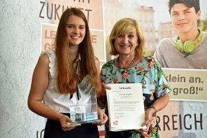 LRin Beate Palfrader gratuliert Carmen Stadler zu ihrem ausgezeichneten Erfolg. © Land Tirol/Huldschiner