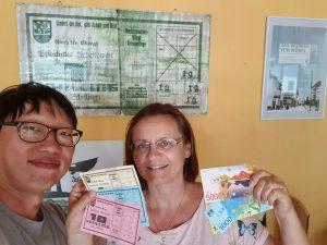 Donggeun Lee beim Besuch im Unterguggenberger Institut mit Obfrau Veronika Spielbichler. Foto: Donggeun Lee