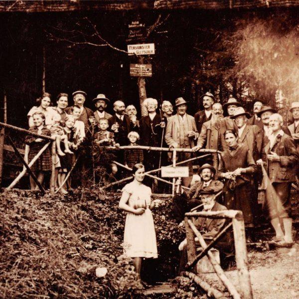 """Beim """"Wörgler Pensionistengletscher"""" am Eisstein endete der in den 1930er Jahren erbaute Fuchsweg – dieses Foto entstand anlässlich der Eröffnung des Wanderweges. Foto: Stadtarchiv Wörgl"""