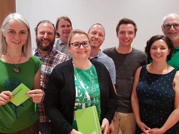 Im Bild die Grünen Kandidaten Iris Kahn (3. v. l.) und Andreas Schramböck (2. v. l.). Foto: Tiroler Grüne