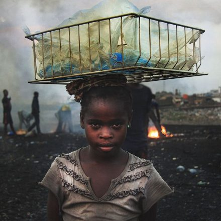 """Die Müllhalde von Agbogbloshie ist die Hölle auf Erden für die Menschen, die hier Europas Elektroschrott """"verwerten"""". Fotonachweis: www.welcome-to-sodom.de"""