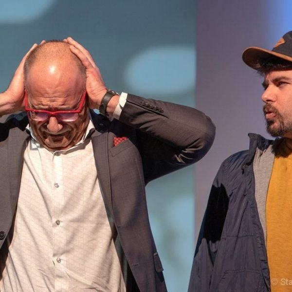 """Martin Heis und Klaus Reitberger (v.l.) stehen im Stück """"Kosmetik des Bösen"""" auf der Bühne. Fotonachweis: Stadttheater Kufstein"""