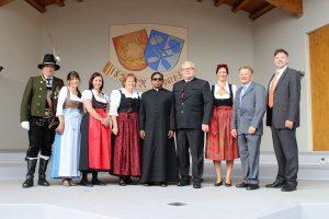 Beim Empfang: Pfarrgemeinderats Obfrau Margreth Osl (4.v.li.), Pfarrprovisor Dr. Binumon John (Mitte), Bgm. Josef Osl (6.v.li.).Foto: Wilhelm Maier