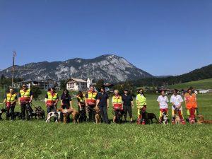 Die TeilnehmerInnen des Mantrail-Workshops unter der Leitung von Gundula Czappek. Foto: ASB Tirol