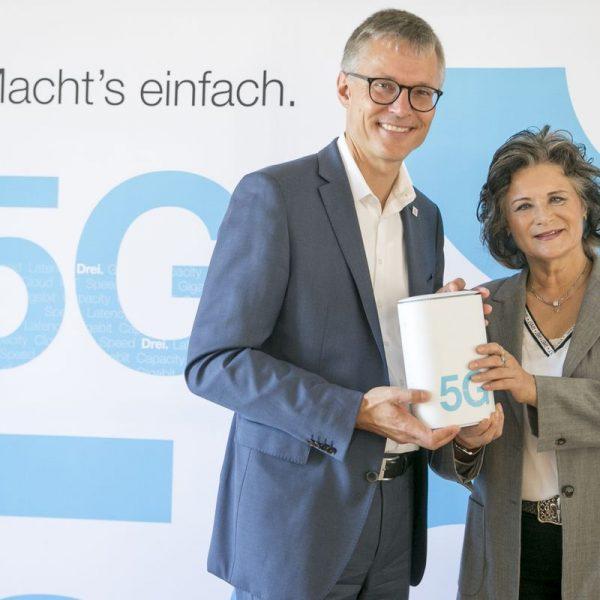 Jan Trionow, CEO Drei, und Hedi Wechner, Bürgermeisterin von Wörgl, während der Pressekonferenz zum Start des 5G-Netzes durch den Betreiber DREI in Wörgl. (FOTO: Hutchison Drei Austria/APA-Fotoservice/Hetfleisch)