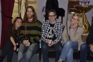 Und nach der Premiere wurde natürlich gefeiert - Regie-Assistentin Jasmin Aydin mit Othmar, Patrick und Silvia Haller. Foto: Ulf Ederer