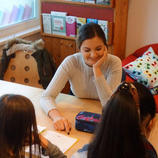 Gemeinsam zu lernen, macht mehr Freude! Lern-Buddys unterstützen Kinder bei den Hausübungen und beim Lernen. Foto: komm!unity