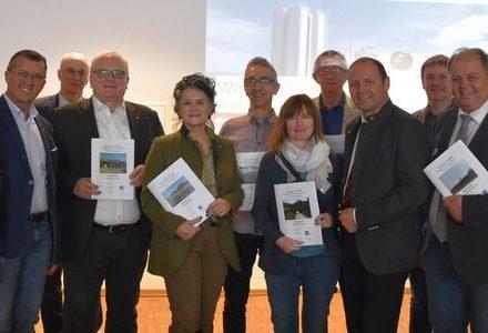 """TeilnehmerInnen am Wärmesymposium """"Wie heizt Tirol 2050?"""" im Gemeindesaal Angath. Foto: Wasser Tirol"""