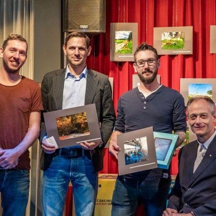 Bei der Preisverteilung v.l. Sebastian Feiersinger von komm!unity, Stefan Peschta, Julian Paris und Vizebgm. Hubert Aufschnaiter. Foto: Stefan Ringler