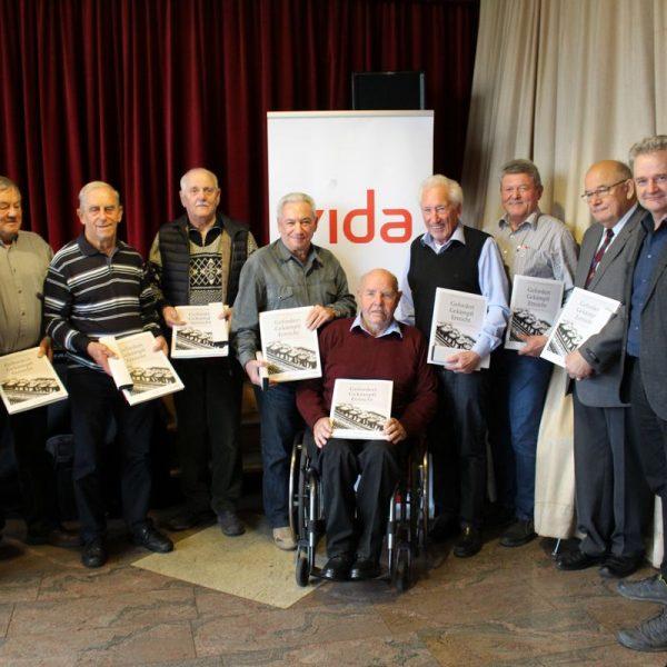 Gleich 8 Personen wurden für ihre 60-jährige Mitgliedschaft geehrt. Im Bild mit Philip Wohlgemuth (li.), Werner Spöck (re.), Herbert Frank (2.v.re.). Foto: Maier