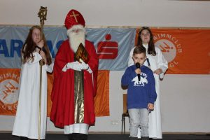 Jakob Moser mit dem Nikolaus und den Engerl. Foto: Kerstin Knepper, SC Wörgl