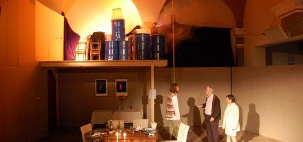 Bühne auf zwei Ebenen im Astnersaal: Biedermann und die Brandstifter. Foto: Spielbichler