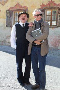 """Karl Markovics (links) und Regisseur Urs Egger im Oktober 2017 beim Dreh des Spielfilmes """"Das Wunder von Wörgl"""". Foto: Christian Spielbichler"""