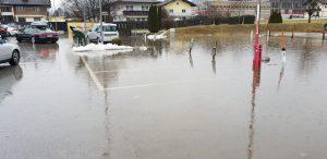 Auch der Parkplatz südlich der McDonald's-Filiale war überschwemmt. (Foto © Stadtgemeinde Wörgl)