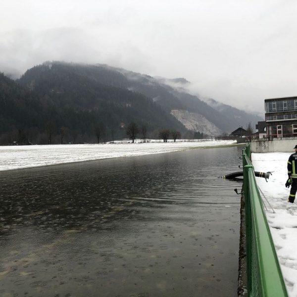 Die Wassermassen bahnten sich den Weg in Richtung Schulzentrum. (Foto © Stadtgemeinde Wörgl)