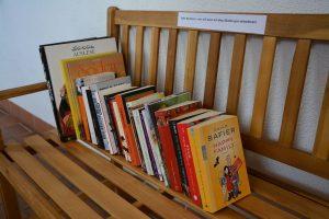 Bücher teilen mit einer Bücherbank vor dem Haus. Foto: Spielbichler
