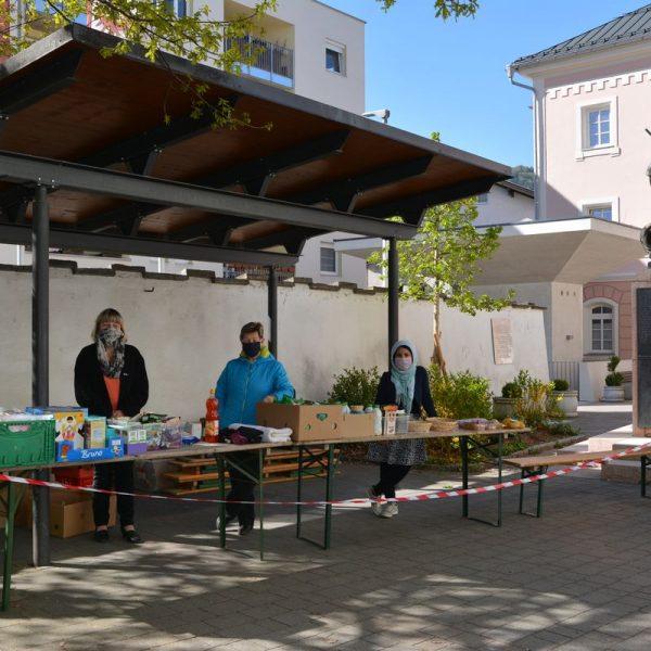 Aufgrund der Corona-Pandemie verlegt der Carla Sozialmarkt Wörgl den Verkauf ins Freie - in den Kirchhof der Wörgler Stadtpfarrkirche. Foto: Veronika Spielbichler