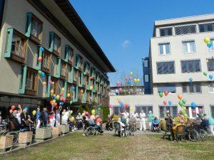 Wollen mit ihrer Luftballonaktion Mut zusprechen: Die Bewohnerinnen und Bewohner des Seniorenheims Wörgl. Foto: Seniorenheim Wörgl