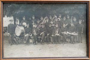 Arbeiterjugendmusik Wörgl in Uniform mit Kapellmeister Michael Unterguggenberger und rechts neben ihm seinem Stellvertreter Gottlieb Weißbacher. Foto: Unterguggenberger Institut