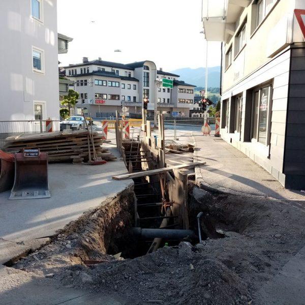 Aufgrund von Bauarbeiten ist derzeit die Wildschönauer Straße gesperrt, der Verkehr wird umgeleitet. Foto: Veronika Spielbichler
