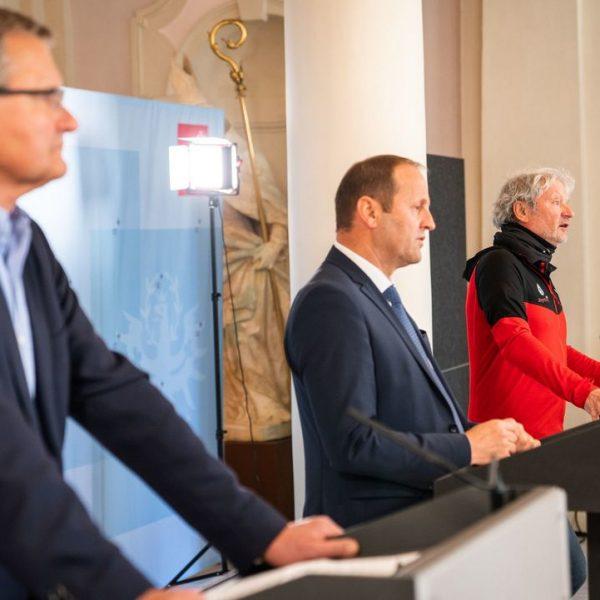Die virtuelle Landespressekonferenz mit v. li. Andreas Ermacora (Präsident des Österreichischen Alpenvereins), LHStv Josef Geisler und Hermann Spiegl (Landesleiter Bergrettung Tirol). © Land Tirol