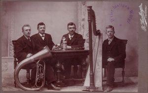 """Im Quartett """"D´vier lustigen Wörgler"""", fotografiert 1911 vom Wörgler Fotografen Raimund Haselberger, ist Michael Unterguggenberger als 2.v.l. zu sehen. Foto: Unterguggenberger Institut"""