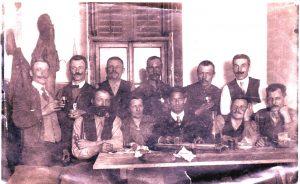Michael Unterguggenberger, 2. von rechts sitzend, auf einer Aufnahme vermutlich aus den 1920er Jahren. Foto: Unterguggenberger Institut