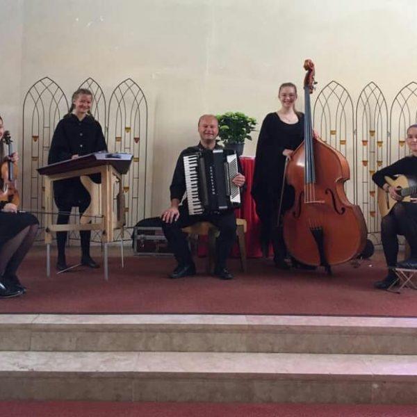 Gestaltete den Gottesdienst zu Christi Himmelfahrt in der Wörgler Pfarrkirche: die Familienmusik Puchleitner. Foto: facebook/Puchleitner