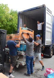 Millimeter-Arbeit: 30 Krankenhaus-Betten aus dem KH Hall mussten fachgerecht im Container verstaut werden.Foto: Nageler