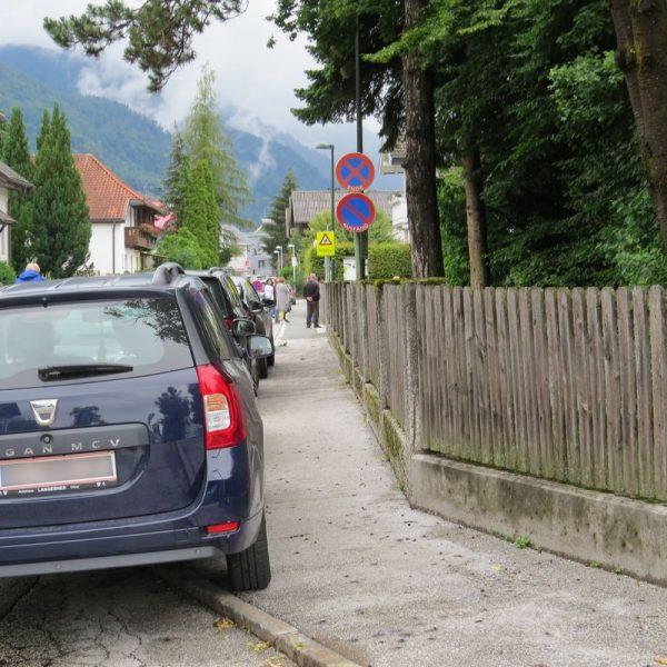 Parkende Autos von Eltern, die ihre Kinder aus der Volksschule abholen, sorgen in der Unterguggenberger Straße immer wieder für Verkehrsprobleme und gefährden die Sicherheit. Foto: Wörgler Grüne