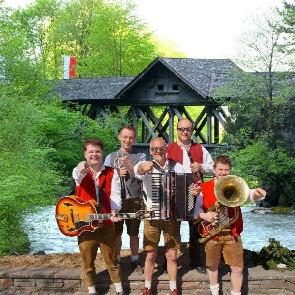 """Zum 5-Jahr-Jubiläum produzierten """"Die jungen Tiroler"""" das Album """"Polkatanz im Mondschein"""" mit 25 neuen Musikstücken. Foto: Die jungen Tiroler"""